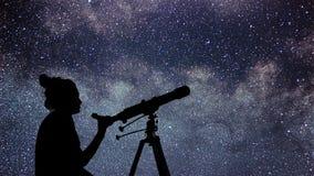 Mujer con el telescopio que mira las estrellas Mujer de la astronomía y ni Fotografía de archivo libre de regalías