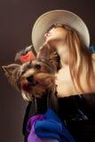 Mujer con el terrier de Yorkshire Imagenes de archivo