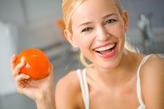 Mujer con el tomate Imágenes de archivo libres de regalías