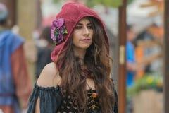 Mujer con el traje medieval Fotografía de archivo libre de regalías