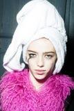 Mujer con el turbante de la toalla Foto de archivo