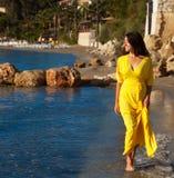 Mujer con el vestido amarillo largo Imagen de archivo