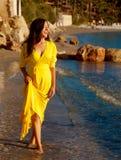 Mujer con el vestido amarillo largo Foto de archivo libre de regalías