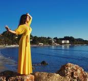 Mujer con el vestido amarillo largo Fotografía de archivo libre de regalías