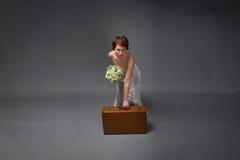 Mujer con el vestido blanco listo para el día de fiesta romántico fotografía de archivo