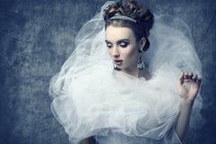 Mujer con el vestido romántico extraño foto de archivo
