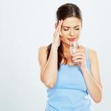 Mujer con el vidrio de agua del control del dolor de cabeza imagenes de archivo