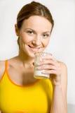 Mujer con el vidrio de leche Fotografía de archivo libre de regalías
