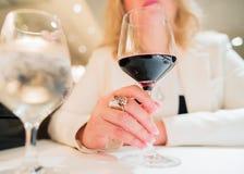 Mujer con el vidrio de vino fotos de archivo