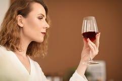 Mujer con el vidrio de vino delicioso foto de archivo libre de regalías