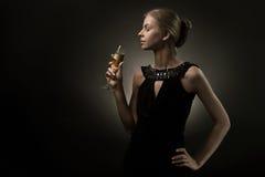 Mujer con el vidrio de vino a disposición Fotos de archivo libres de regalías