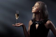 Mujer con el vidrio de vino a disposición Imagenes de archivo