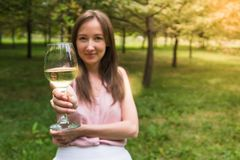 Mujer con el vidrio de vino Mujer joven con el vino blanco Foto de archivo