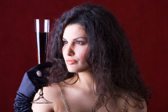 Mujer con el vidrio de vino rojo Foto de archivo