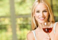 Mujer con el vino Foto de archivo libre de regalías