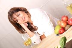 Mujer con el vino blanco Fotos de archivo