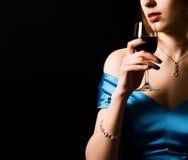 Mujer con el vino rojo de cristal Imagenes de archivo