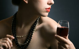 Mujer con el vino rojo de cristal Fotografía de archivo libre de regalías