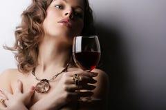 Mujer con el vino rojo de cristal imágenes de archivo libres de regalías