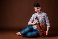 Mujer con el violín Fotos de archivo libres de regalías