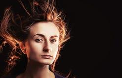 Mujer con el vuelo del pelo Imagenes de archivo