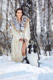 Mujer con el wolfhound al aire libre Imagenes de archivo