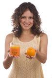 Mujer con el zumo anaranjado y de naranja. fotografía de archivo libre de regalías