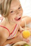 Mujer con el zumo de naranja Fotografía de archivo libre de regalías