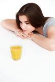 Mujer con el zumo de naranja Fotos de archivo