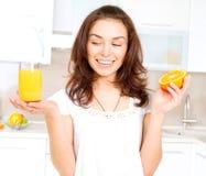 Mujer con el zumo de naranja Imagen de archivo libre de regalías
