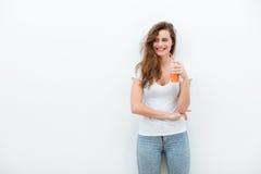 Mujer con el zumo de naranja foto de archivo libre de regalías