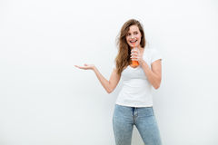 Mujer con el zumo de naranja foto de archivo
