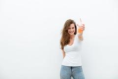 Mujer con el zumo de naranja imagen de archivo