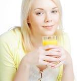 Mujer con el zumo de naranja en el fondo blanco Imágenes de archivo libres de regalías