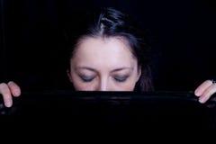 Mujer con ella ojos cerrados sosteniendo velo Foto de archivo libre de regalías