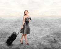 Mujer con equipaje imagen de archivo libre de regalías