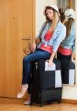 Mujer con equipaje cerca de la puerta Foto de archivo libre de regalías