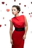 Mujer con estilo atractiva sobre fondo de papel rojo del corazón Imagen de archivo