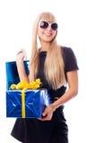 Mujer con estilo con los presentes Imagen de archivo libre de regalías
