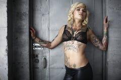 Mujer con estilo con los tatuajes Fotos de archivo