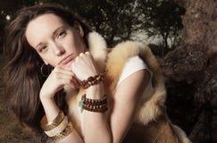 Mujer con estilo en el parque foto de archivo libre de regalías