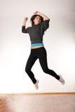 Mujer con estilo joven que baila danza moderna foto de archivo