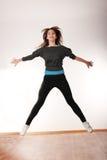 Mujer con estilo joven que baila danza moderna Imagen de archivo