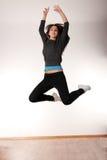 Mujer con estilo joven que baila danza moderna Fotos de archivo libres de regalías