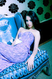 Mujer con estilo que se relaja en el sofá Fotografía de archivo libre de regalías