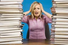 Mujer con exceso de trabajo en el escritorio de oficina Foto de archivo libre de regalías