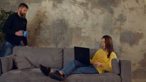 Mujer con exceso de trabajo que toma una siesta en el sofá con el ordenador portátil almacen de video