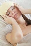 Mujer con fiebre en cama imagen de archivo libre de regalías
