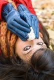 Mujer con frío y gripe que estornuda Foto de archivo libre de regalías