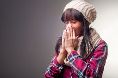 Mujer con fríos del enfermo del termómetro Fotografía de archivo